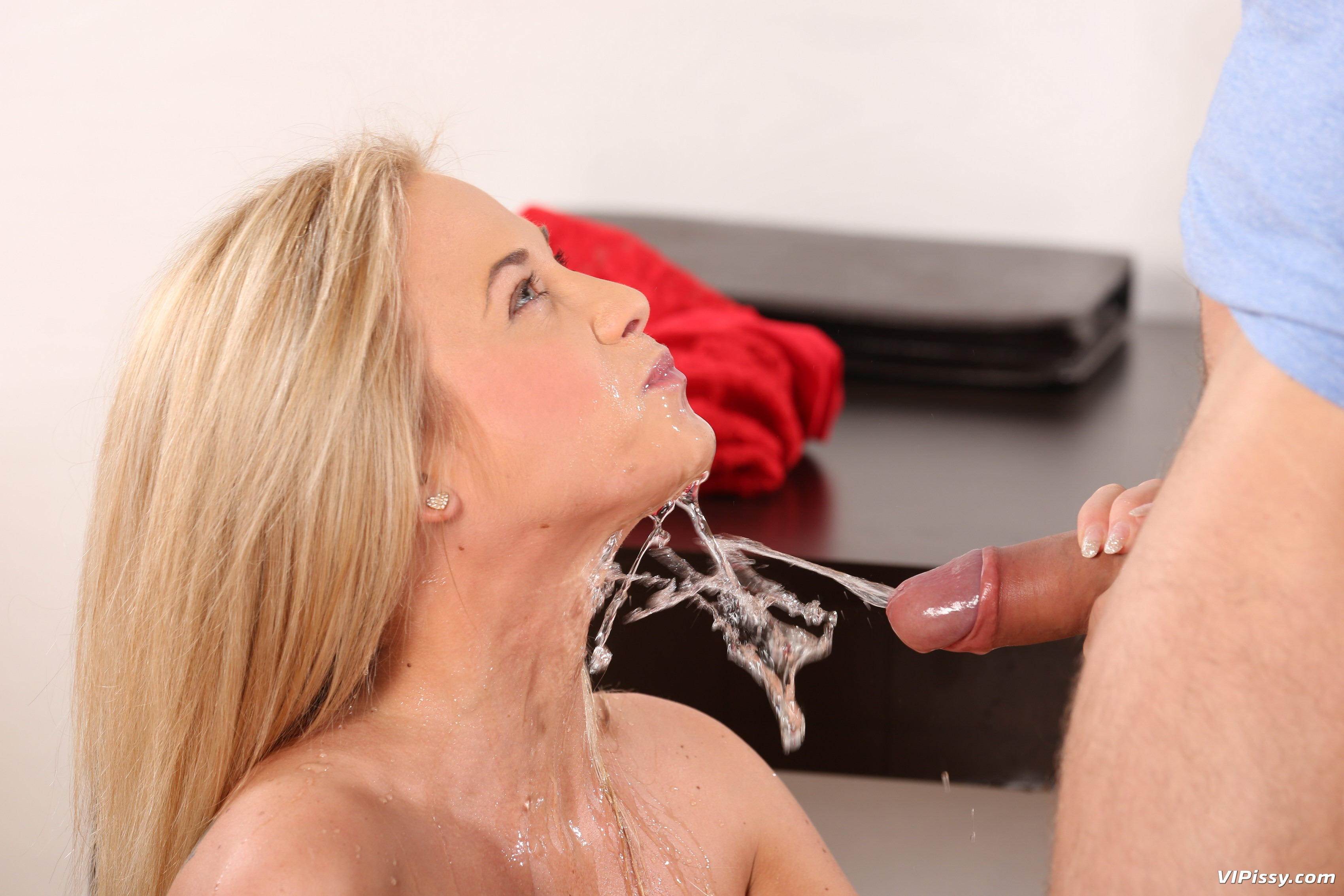 Piss drinking lady dee gulps down pee after vibrator play 6